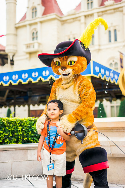 Universal Studios Singapore - Park Update August 2014 - Puss in Boots meeting guests 2