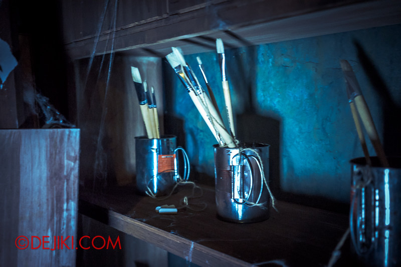 Halloween Horror Nights 4 - Jing's Revenge haunted house - The art room 2