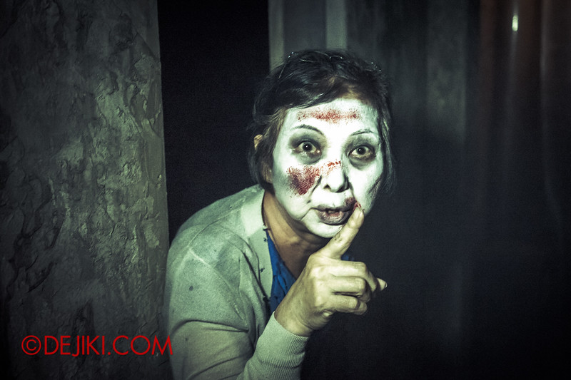 Halloween Horror Nights 4 - Jing's Revenge haunted house - Be quiet...