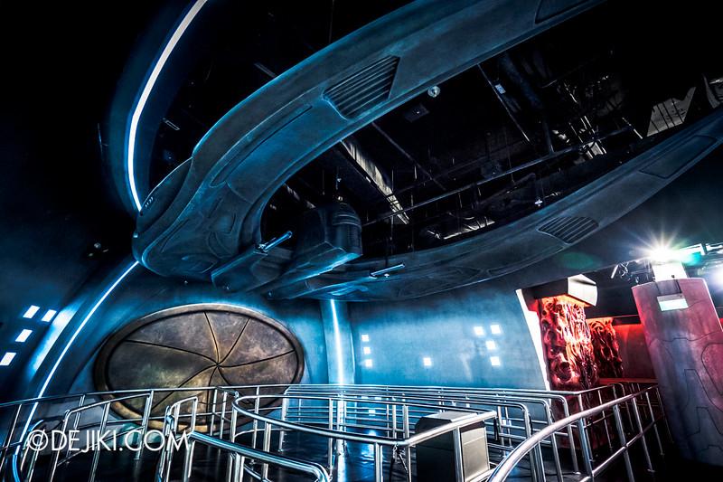 Universal Studios Singapore - Battlestar Galactica: HUMAN vs CYLON dueling roller coaster ride - CYLON Basestar / Modern Raider