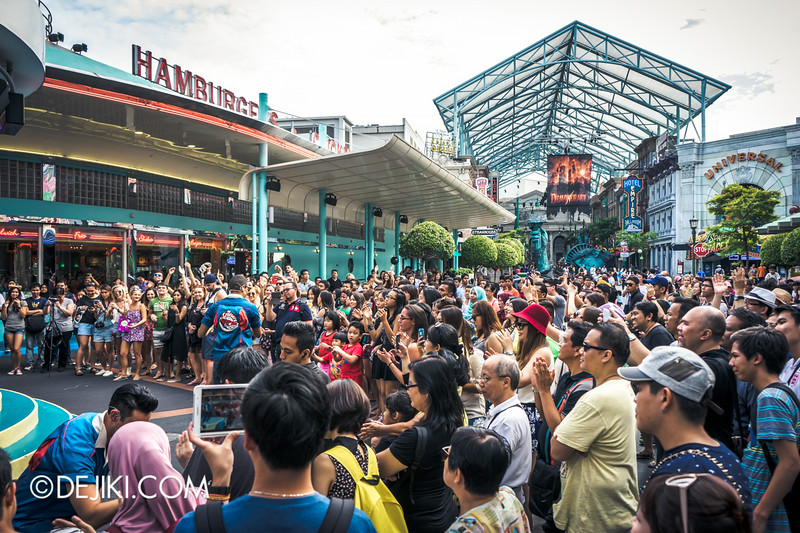 Universal Studios Singapore - Park Update September 2014 - Immense crowds for the Cruisers show at Mel's Stage