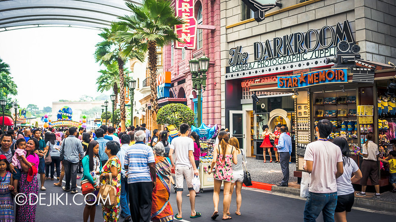 Universal Studios Singapore - Hollywood Crowd