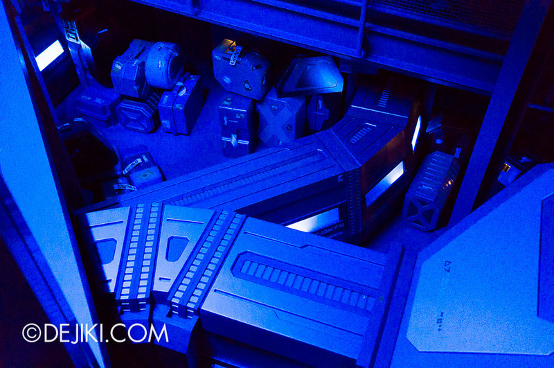 Star Tours: The Adventures Continue, queue cargo section 2