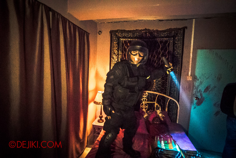 Halloween Horror Nights 5 Haunted House - Siloso Gateway Block 50 / Inside the Indian bedroom - policeman standing on bed
